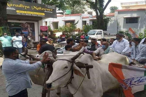 harish rawat protested against the rising prices of petrol and diesel