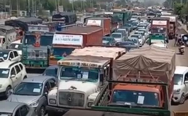 several kilometers jam in haryana due to seal of delhi border