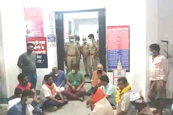 unnao bjp mla sitting on dharna in kotwali campus at midnight due