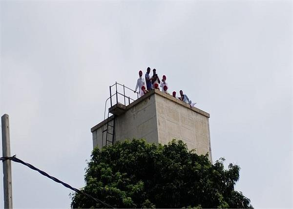freedom fighters climbed the tank in sunam