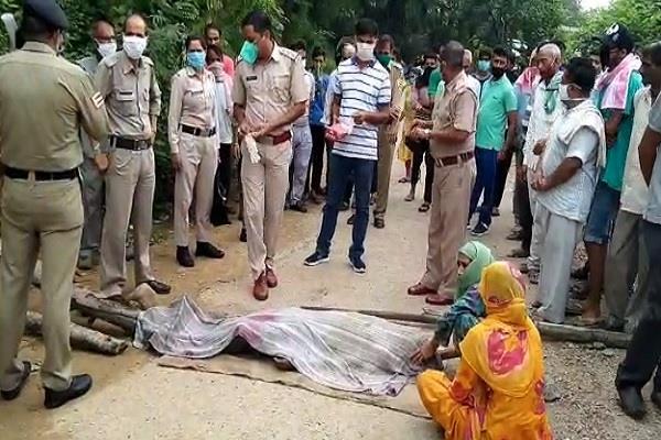 पिटाई के बाद शख्स की मौत, गुस्साए ग्रामीणों ने रोड पर शव रखकर लगाया जाम