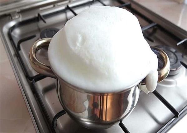 Kitchen Tips: जले दूध की महक को दूर करने में काम आएंगे ये घरेलू नुस्खें