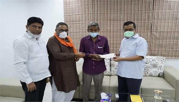 cm kejriwal help to 10 lakh rs for minto bridge waterlogging deceased family