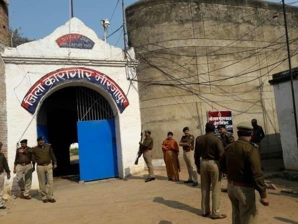 two prisoners escaped from temporary jail in mirzapur
