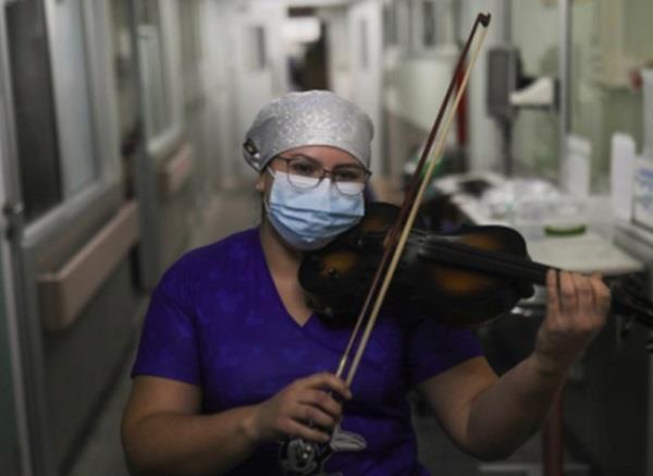 कोरोना मरीजों का तनाव हो सके कम इसलिए ये नर्स घंटों बजाती है वॉयलिन