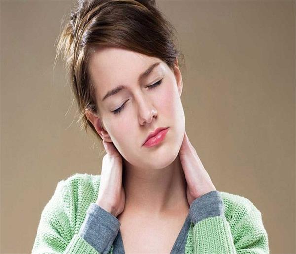 गर्दन दर्द से राहत दिलाएंगे ये 7 अचूक उपाय