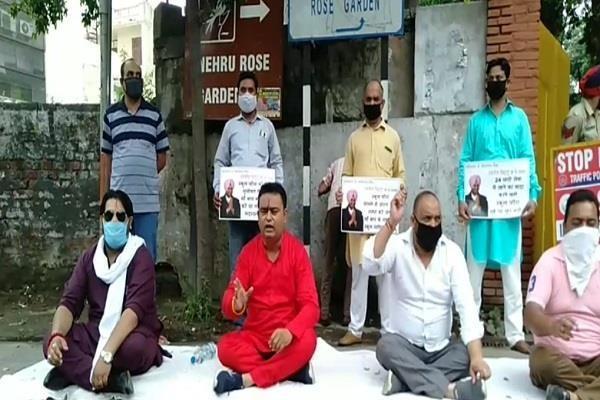 shiv sena head sitting on dharna outside ravneet bittu house