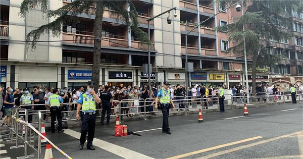 crowds gather in chengdu to watch american diplomats evacuate