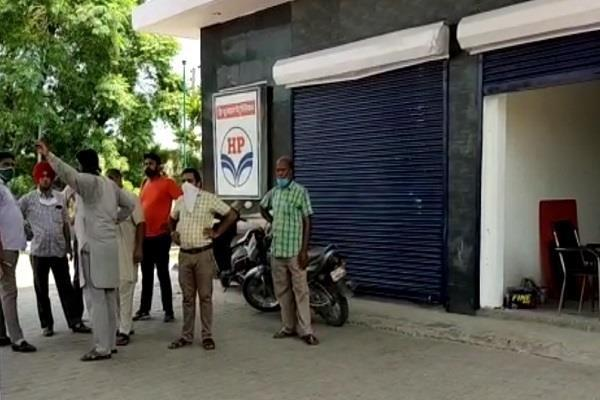 the robber escaped after tricking a petrol pump worker