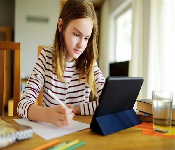 बच्चों पर पड़ रहा 'ऑनलाइन स्टडी' का बोझ, प्रेशर दे रहा डिप्रेशन