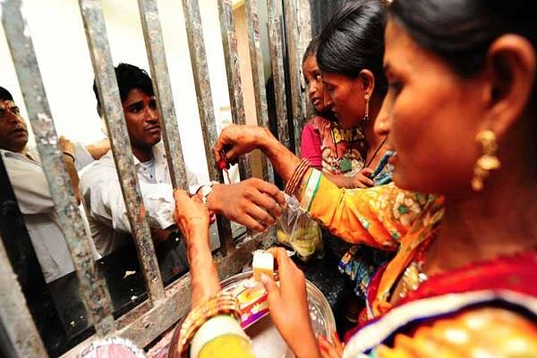sisters will not be able to tie rakhi on the wrist of jailed brothers