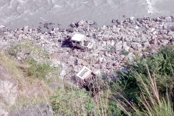 रेत से भरी बोलेरो कैंपर जीप नदी में गिरी जीप के उड़े परखच्चे,गाड़ी सवारों ने ऐसे बचाई जान