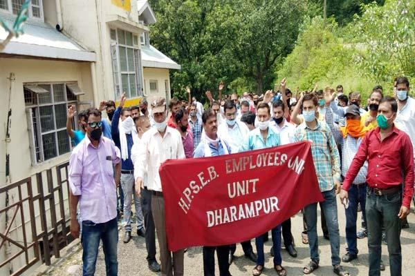 siege the dharampur police station against beating of electric worker