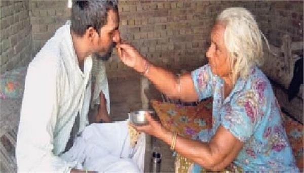 ऐसी होती है मां: पति-बड़े बेटे की मौत, अब छोटे बीमार बेटे को मजदूरी कर पाल रही मनी देवी