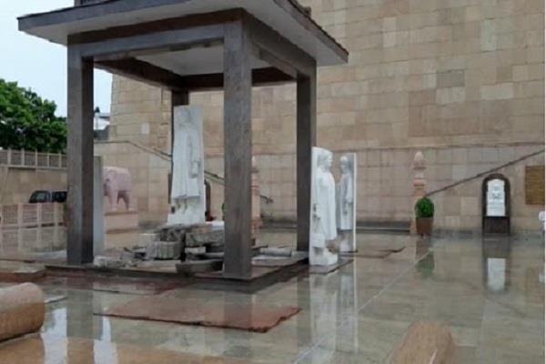 statues of bsp supremo mayawati being installed in bahujan samaj prerna kendra