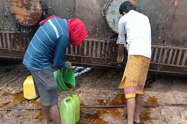people looted as soon as a tanker filled with refined oil overturned