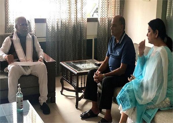 हरियाणा के सीएम ने की सुशांत के परिवार से मुलाकात, बहन नहीं रोक पाई आंसू