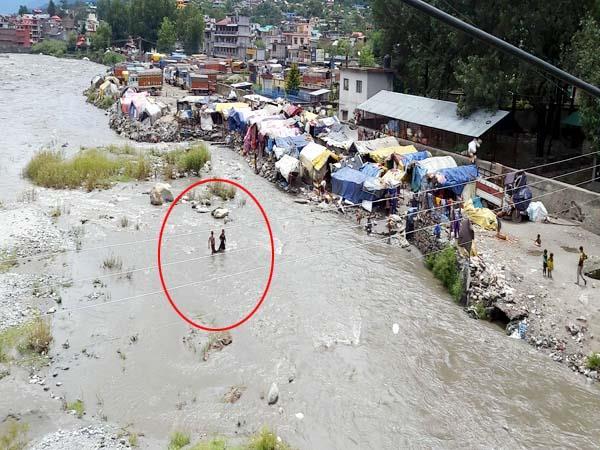 हिमाचल: नदी उफान पर, जान जोखिम में डाल नहा रहे बच्चे