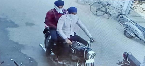 liquer contractor s cashier robbed 15 lakh cash