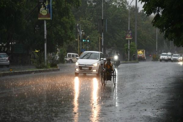 thunderstorms and lashes rain in many districts of up