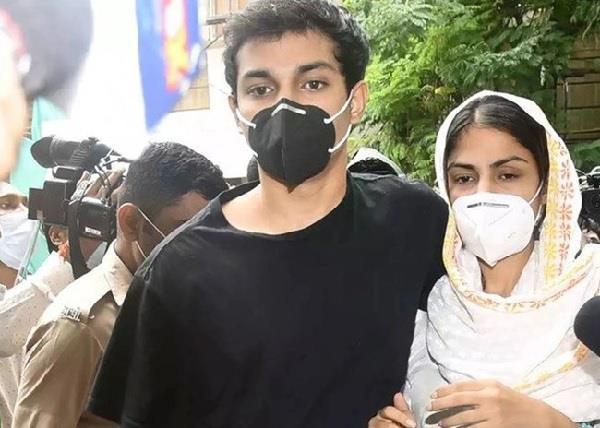 शौविक के वकील का दावा- रिया के लाइफ में आने से पहले ही ड्रग्स लेते थे सुशांत