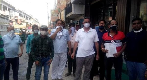 slogans shouting against the shopkeepers