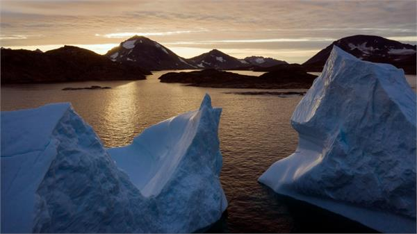 dismay as huge chunk of greenland s ice cap breaks off
