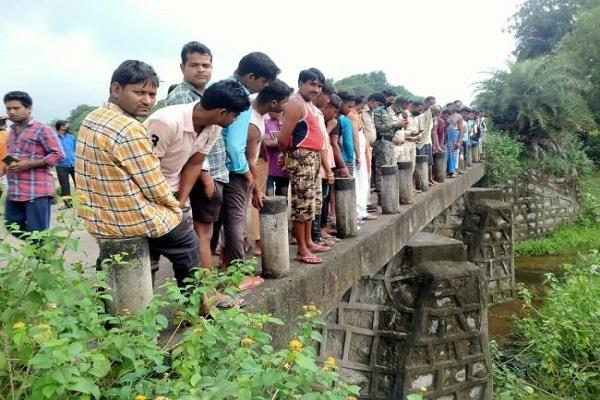 dead body of youth recovered from under gauri river bridge