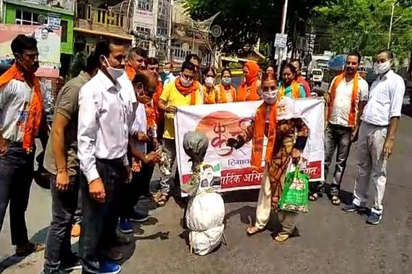 कंंगना के समर्थन में भाजपा का प्रदर्शन, करणी सेना ने संजय राउत का पुतला जलाया