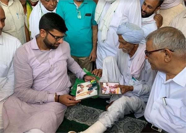 digvijay met nathha ram a farmer injured in lathicharge