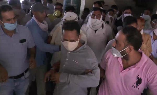 vigilance team arrested two clerks taking bribe