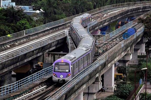 with the e pass  only 400 passengers can travel in a metro train