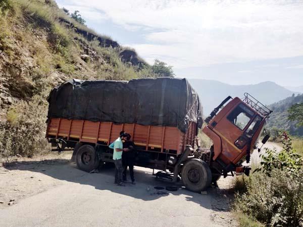 बड़ा हादसा टला,ठियोग-हाटकोटी सड़क पर ट्रक की हुई ब्रेक फेल