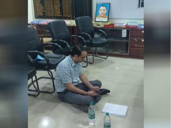 pratapgarh adm vineet upadhyay sitting on dharna accuses dm of corruption