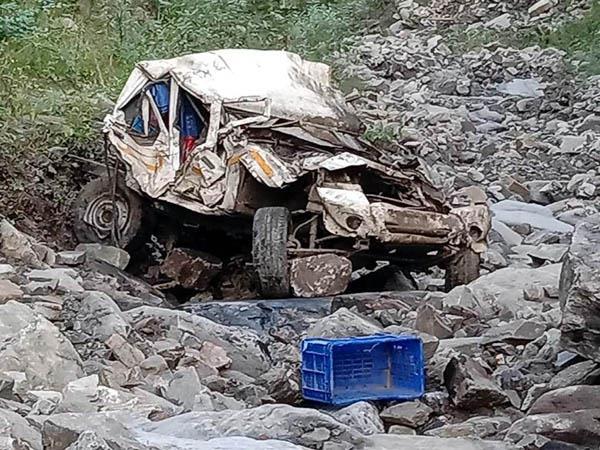 दर्दनाक सड़क हादसा : 800 मीटर गहरी खाई में गिरी बोलेरो कैंपर, चालक की मौके पर मौत