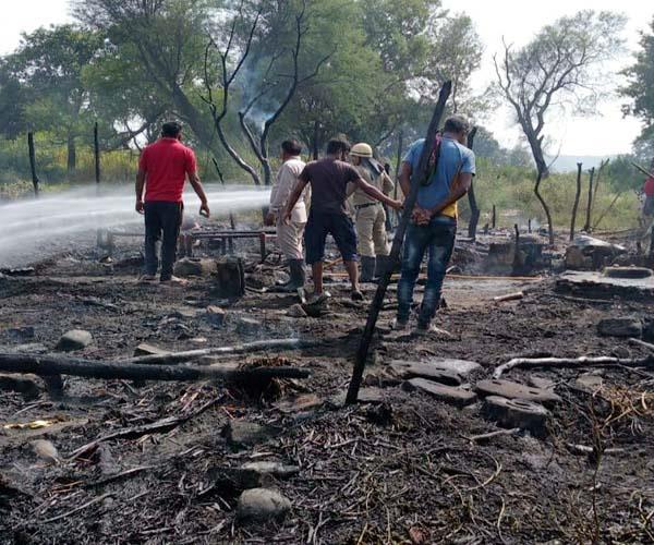 भीषण अग्निकांड: प्रवासियों के 12 आशियाने जलकर राख