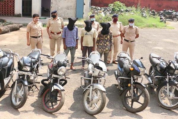 four members of a two wheeler gang caught