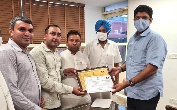 d chautala congratulated the panchayat for receiving award from center
