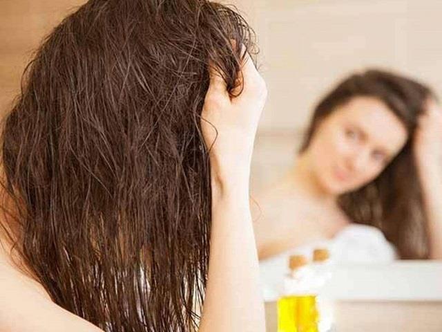 Hair Oiling: बालों में तेल लगाते समय कहीं आप भी तो नहीं करती ये 9 गलितयां?
