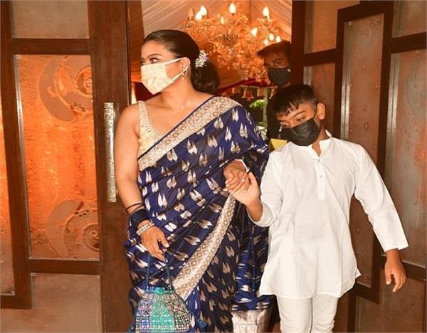 फिर छाया काजाेल का देसी लुक, दुर्गा पूजा पंडाल में बेटे को यूं संभालती आई नजर