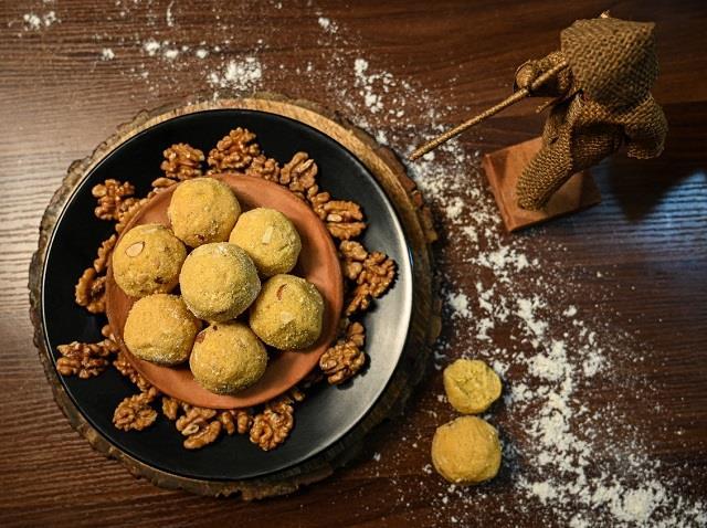 Festive Vibes: मिनटों में बनाकर खाएं वॉलनट राइस कोकोनट लड्डू