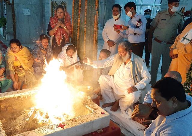 home minister anil vij reached mata mansa devi temple with family