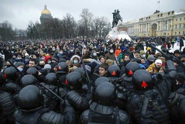thousands protest in russia demanding navalny s release