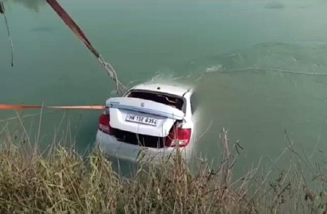 trader s car fell in delhi parallel canal body was found trapped in car