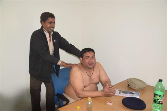 haryana news on duty policeman was giving massage to mali