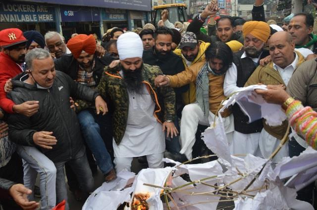 congress leader arrives to burn modi s effigy amid bjp strike
