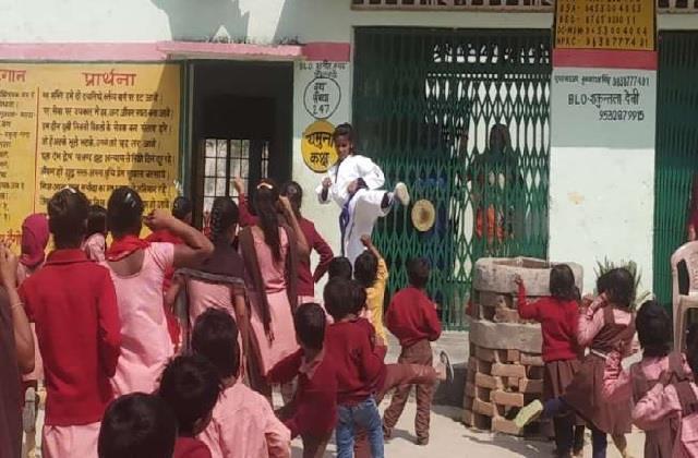 आत्मरक्षा की ओर एक कदम! जान्हवी बना रही बेटियों को फौलाद, सीखा रही जूडो कराटे
