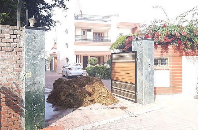 kisan andolan cow dung thrown at former minister tishikan sood