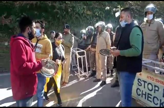 youth congress shouted outside shimla chief minister s residence