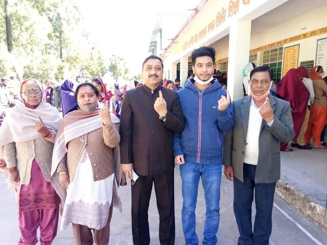 suresh kashyap cast vote with family voted for zilla parishad in pakhad